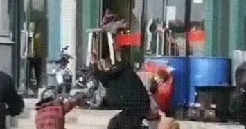 Chồng vũ phu đánh vợ tử vong giữa phố