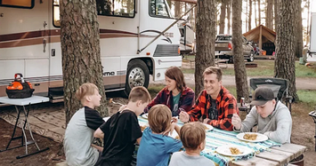 Cận cảnh ngôi nhà di động của gia đình 7 người ở Mỹ