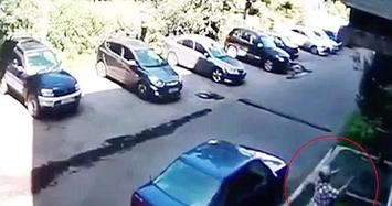 Video: Cụ bà hứng bé trai rơi từ độ cao 6 mét ở Nga