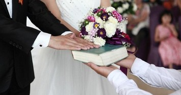 Nhận nhẫn đính hôn, tôi chết lặng khi nhìn vật quen trong túi chồng