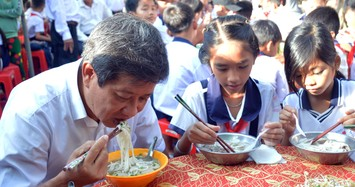 Ông Đoàn Ngọc Hải bưng phở mời nhiều học sinh ở Cà Mau
