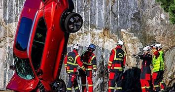 Volvo thả 10 chiếc ôtô từ độ cao 30m để kiểm tra độ an toàn