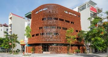 Ngôi nhà ở Hà Nội sử dụng 20 nghìn viên ngói làm tường bao