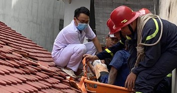 Cảnh sát giải cứu nam công nhân bị trượt ngã gãy xương đùi mắc kẹt trên mái nhà ở Sài Gòn