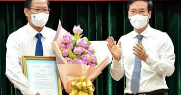 Thường trực Ban Bí thư Võ Văn Thưởng (bên phải) trao quyết định điều động cho ông Phan Văn Mãi. Ảnh: Zing.