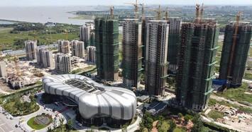 'Bom nợ' Evergrande bất ngờ tái khởi động 10 dự án bất động sản.  Ảnh: Reuters.