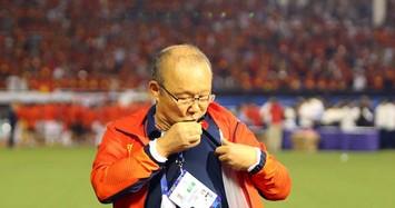 HLV Park Hang Seo đặt tay lên phía trái tim, hôn quốc kỳ Việt Nam