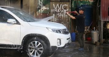 Giá rửa xe tăng cao, khách vẫn xếp hàng đợi chiều 30 Tết