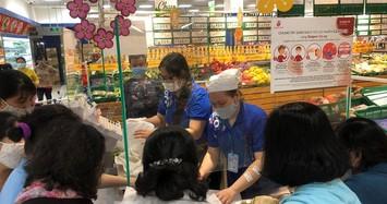 Sáng mùng 3 dân Sài Gòn xếp hàng vào siêu thị mua gà cúng