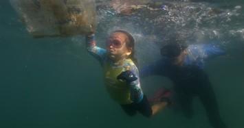 Ảnh đẹp: Bé gái 4 tuổi dọn rác thải nhựa dưới đại dương