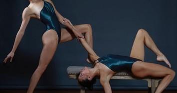 Những tư thế yoga cực gợi cảm của chị em sinh đôi đang gây sốt