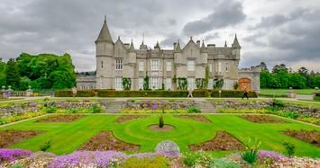 Khám phá tòa lâu đài cổ kính ở Scotland của Hoàng gia Anh