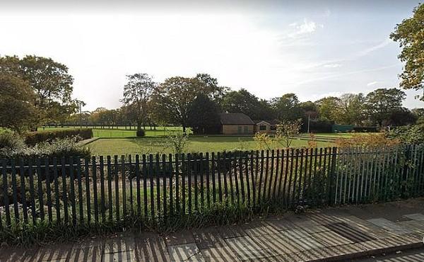 Đang chạy trong công viên, thiếu nữ 14 tuổi bị cưỡng hiếp