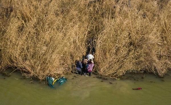 Cảnh vượt sông bất chấp nguy hiểm để vào Mỹ