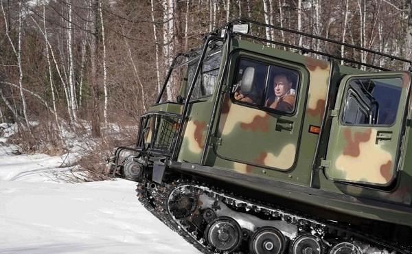 Xem Tổng thống Nga Putin tự lái xe địa hình chở Bộ trưởng Quốc phòng băng rừng