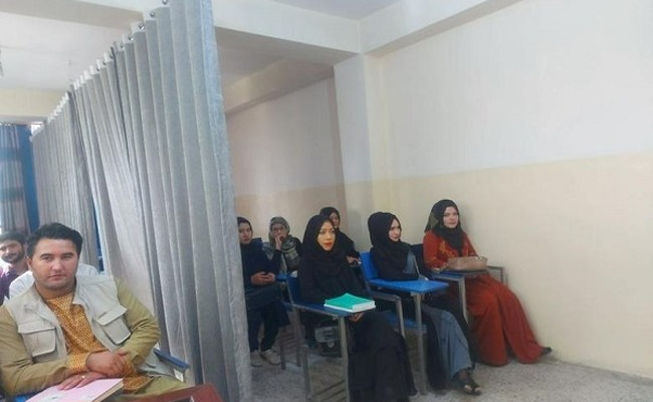 Loạt ảnh lớp học đặc biệt ngăn cách nam - nữ ở Afghanistan