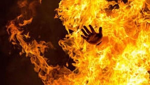 Nghi ngờ chồng làm điều mờ ám vợ tưới xăng đốt chồng