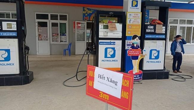 Nhiều cửa hàng ở Nghệ An đồng loạt treo biển 'hết xăng'