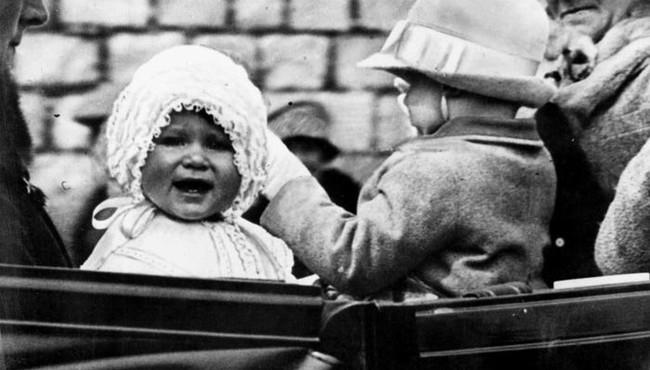 Ảnh thời trẻ mới công bố của Nữ hoàng Anh