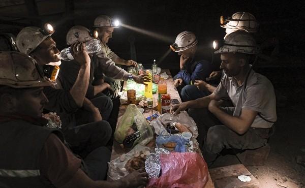 Cận cảnh cuộc sống của người thợ mỏ ở Bosnia trong tháng ăn chay