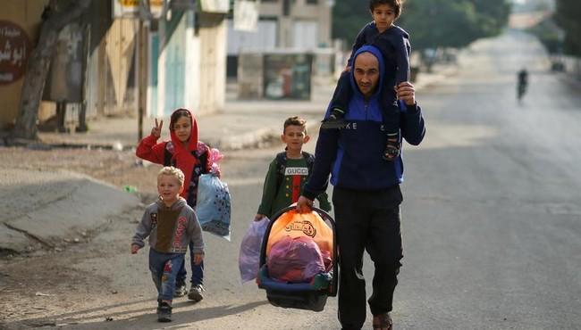 Xót xa hình ảnh người dân Gaza lũ lượt sơ tán vì đòn không kích của Israel