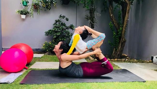 Những nhóc tì nhà sao Việt tập yoga điêu luyện như nào