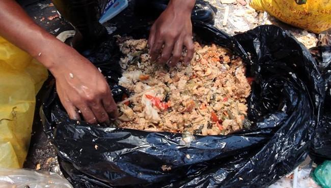 Kinh dị món ăn với nguyên liệu được nhặt từ bãi rác ở Philippines