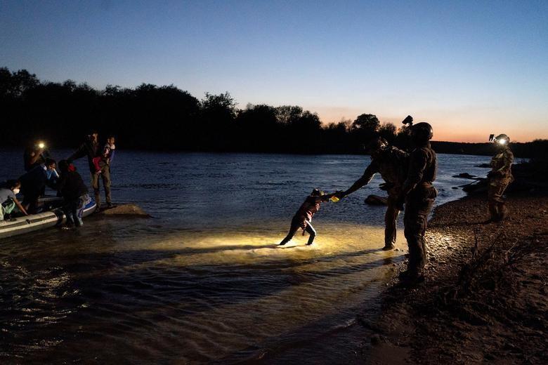Can canh di dan mao hiem vuot song Rio Grande vao My-Hinh-10