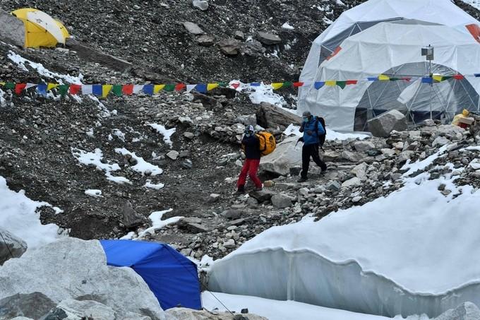 Dai dich COVID-19 de doa 'noc nha the gioi' Everest-Hinh-10