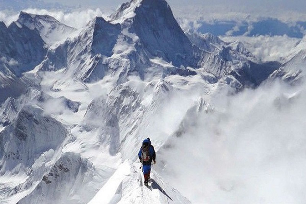 Dai dich COVID-19 de doa 'noc nha the gioi' Everest-Hinh-11