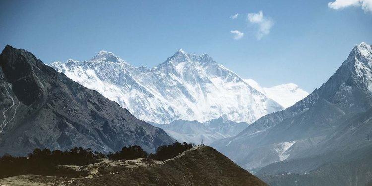 Dai dich COVID-19 de doa 'noc nha the gioi' Everest-Hinh-7