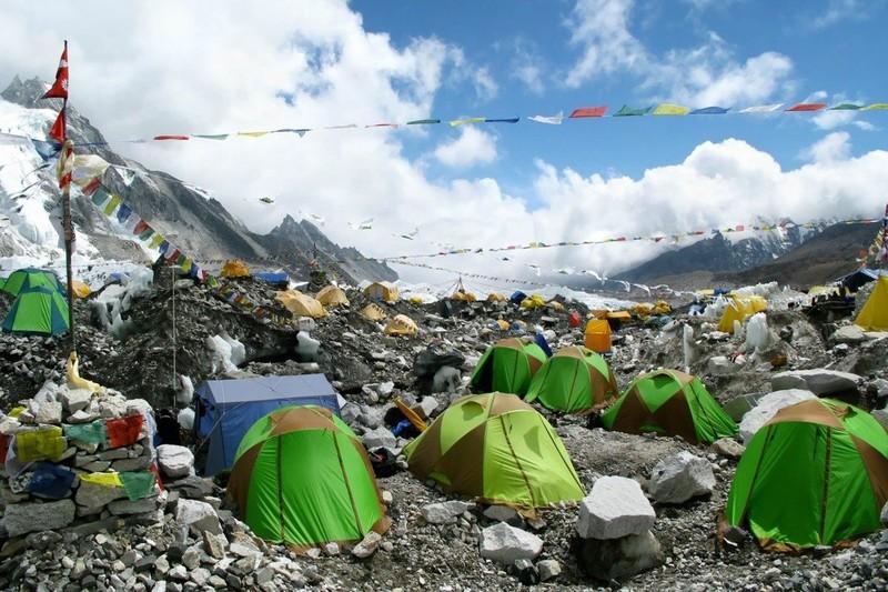 Dai dich COVID-19 de doa 'noc nha the gioi' Everest-Hinh-8