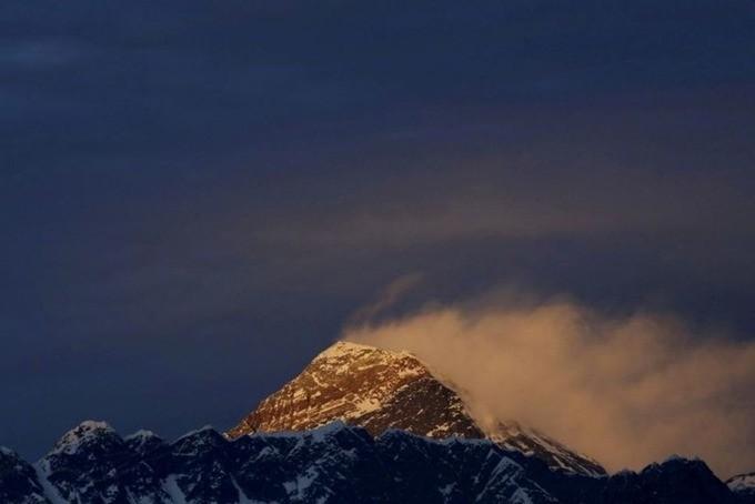 Dai dich COVID-19 de doa 'noc nha the gioi' Everest-Hinh-9