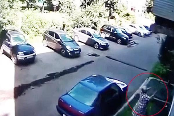 Video: Cu ba hung be trai roi tu do cao 6 met o Nga