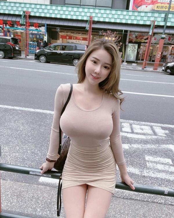 Hotgirl lo body cang mong khi tiem vaccine-Hinh-6
