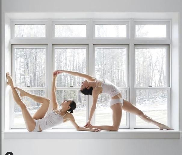 Nhung tu the yoga cuc goi cam cua chi em sinh doi dang gay sot-Hinh-10