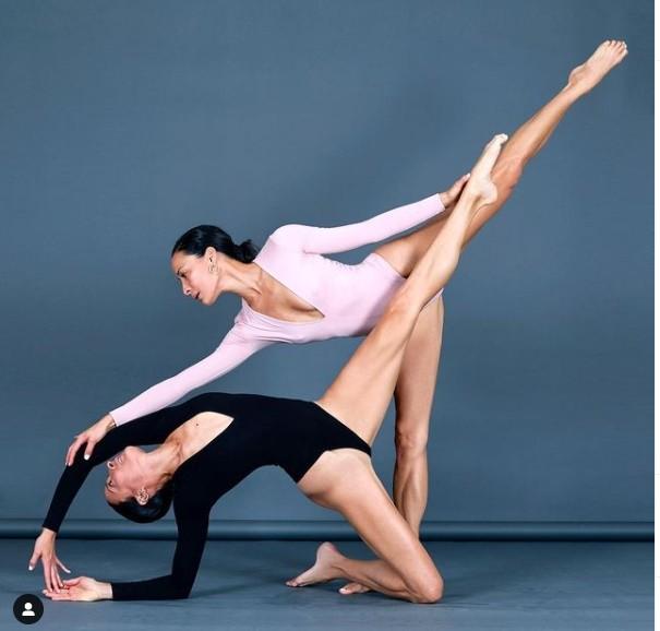 Nhung tu the yoga cuc goi cam cua chi em sinh doi dang gay sot-Hinh-2