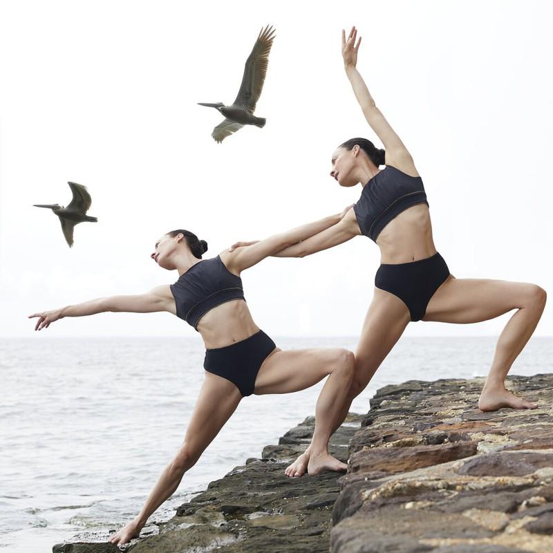Nhung tu the yoga cuc goi cam cua chi em sinh doi dang gay sot-Hinh-3