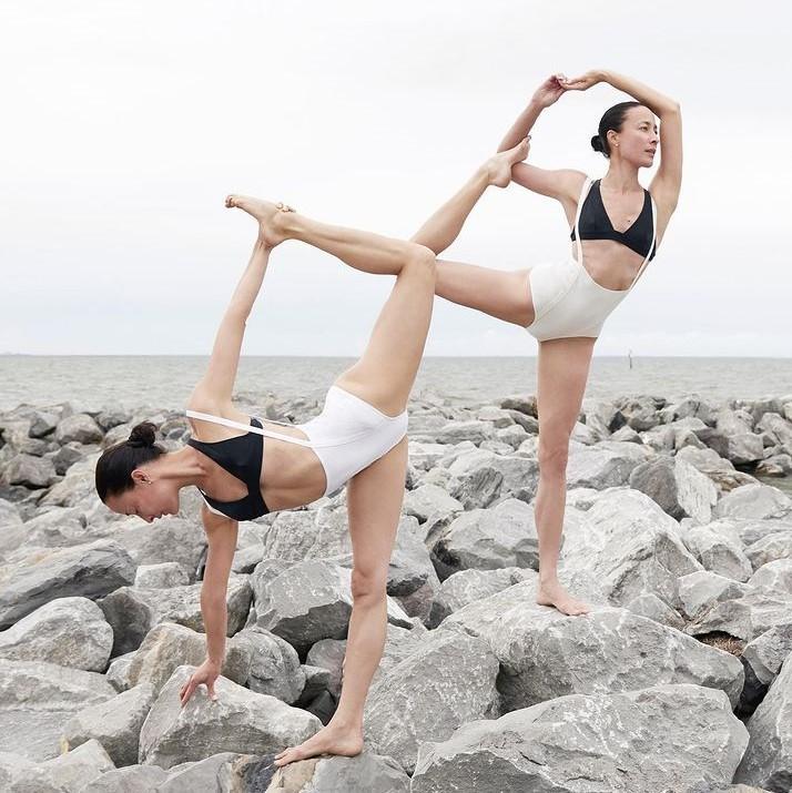Nhung tu the yoga cuc goi cam cua chi em sinh doi dang gay sot-Hinh-4