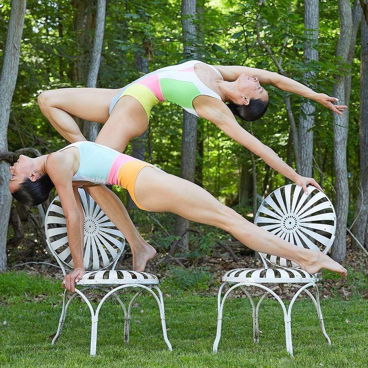 Nhung tu the yoga cuc goi cam cua chi em sinh doi dang gay sot-Hinh-5