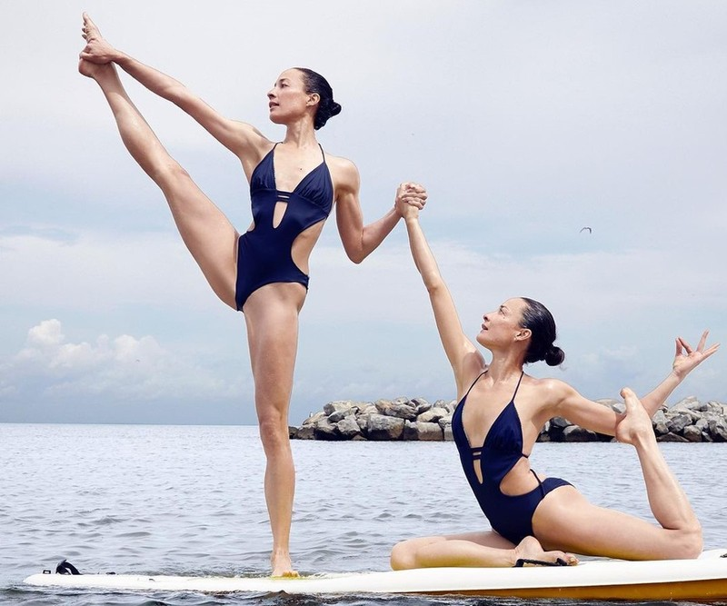 Nhung tu the yoga cuc goi cam cua chi em sinh doi dang gay sot-Hinh-7