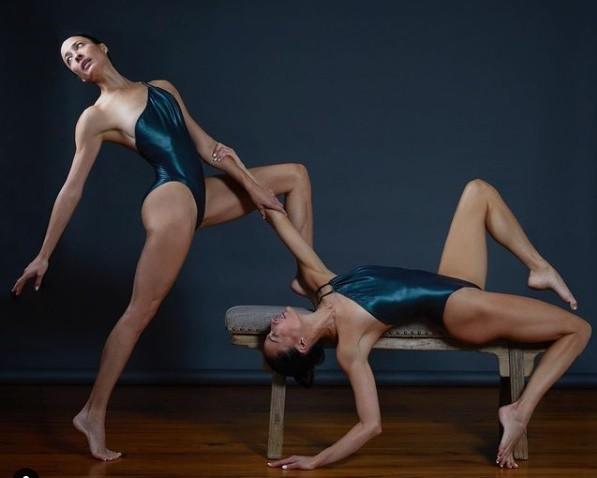 Nhung tu the yoga cuc goi cam cua chi em sinh doi dang gay sot