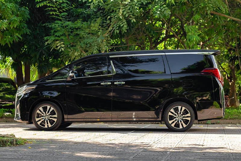 Toyota Alphard chay 1 nam gia con 3,5 ty dong-Hinh-2
