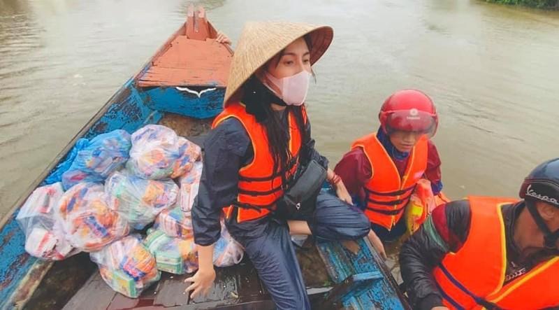 Hinh anh ca si Thuy Tien keu goi duoc 100 ty dong, lao vao lu du cuu tro dong bao-Hinh-12
