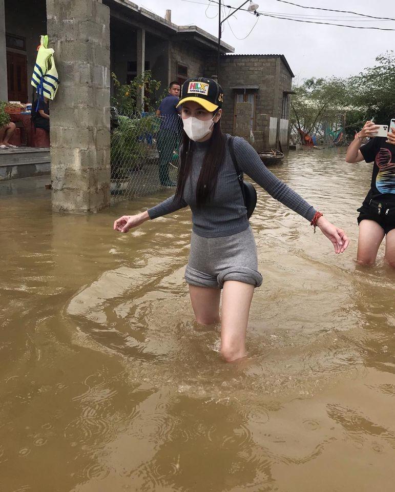 Hinh anh ca si Thuy Tien keu goi duoc 100 ty dong, lao vao lu du cuu tro dong bao-Hinh-7