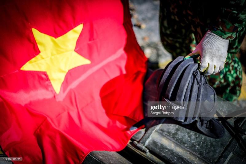 Quoc ky Viet Nam day khi the trong mat phong vien quoc te-Hinh-10