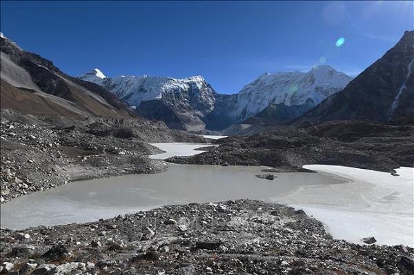 Gan 2 ty nguoi bi de doa tinh mang khi nui Himalaya dang tan chay-Hinh-2