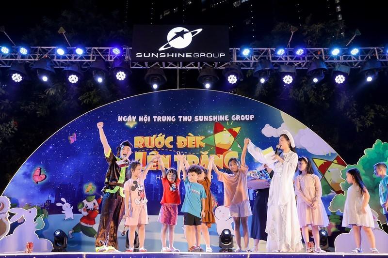 """Cu dan nhi tung bung 'Ruoc den len trang"""" trong dem hoi Trung thu cua Sunshine Group-Hinh-3"""