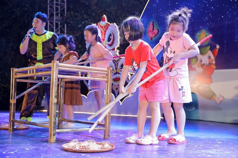 """Cu dan nhi tung bung 'Ruoc den len trang"""" trong dem hoi Trung thu cua Sunshine Group-Hinh-4"""