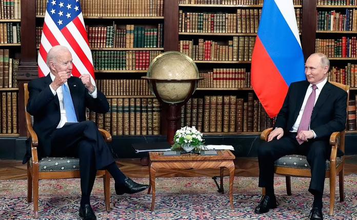 Tong thong My Joe Biden tang mon qua bat ngo cho ong Putin-Hinh-4